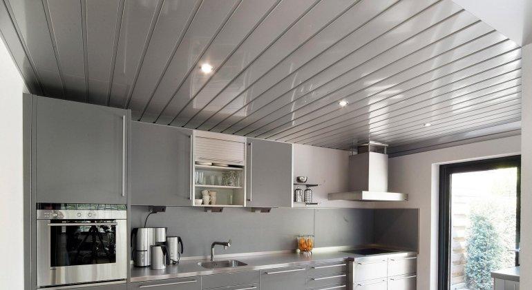 Badkamer Plafond Aluminium : Mooi afgewerkt plafond een kroon voor je keuken